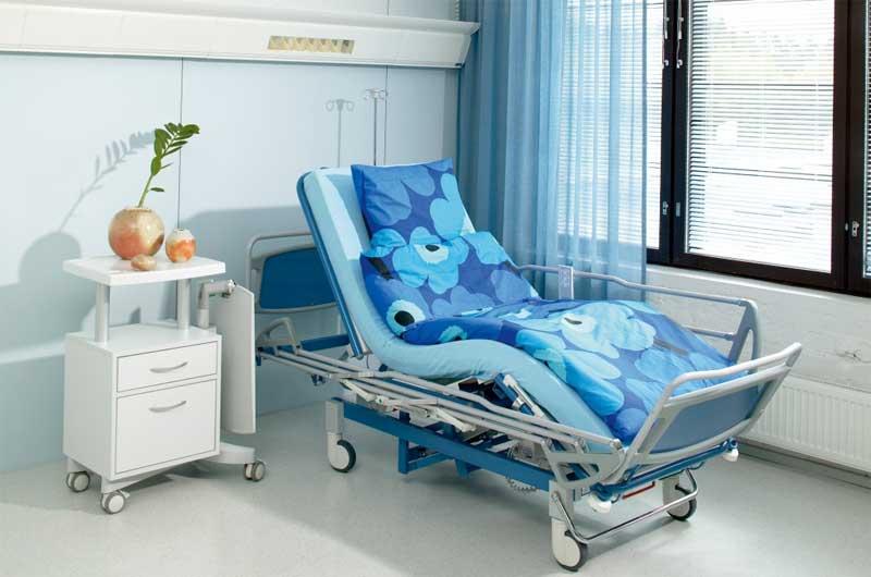 Лежачие больные: как выбрать комфортную и функциональную кровать